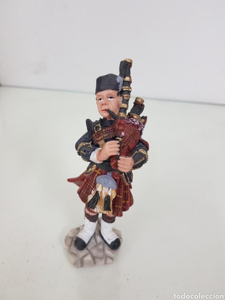 Juguetes Antiguos: Figura de gaitero escocés fabricada en resina de 14,5 cm - Foto 4 - 171681360
