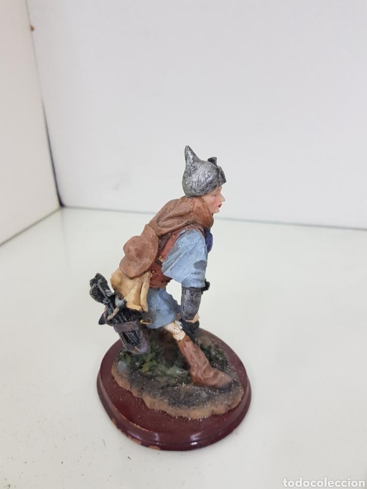 Juguetes Antiguos: Figura de cazador con rifle y arco con flechas fabricado en resina de 14 cm - Foto 3 - 171681832
