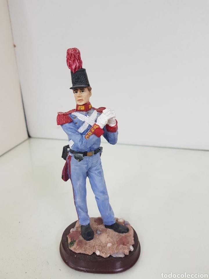 Juguetes Antiguos: Figura de soldado con uniforme de gala fabricado en resina hueca con peana de madera de 19 cm - Foto 4 - 171681942