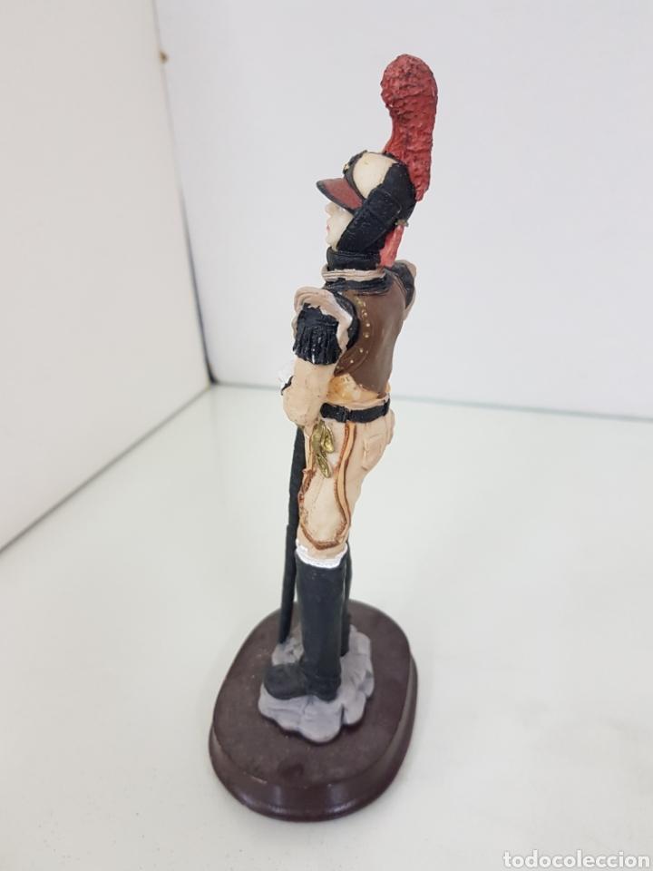 Juguetes Antiguos: Figura de soldado de resina con 20 cm me falta una parte de la espada - Foto 3 - 171684747