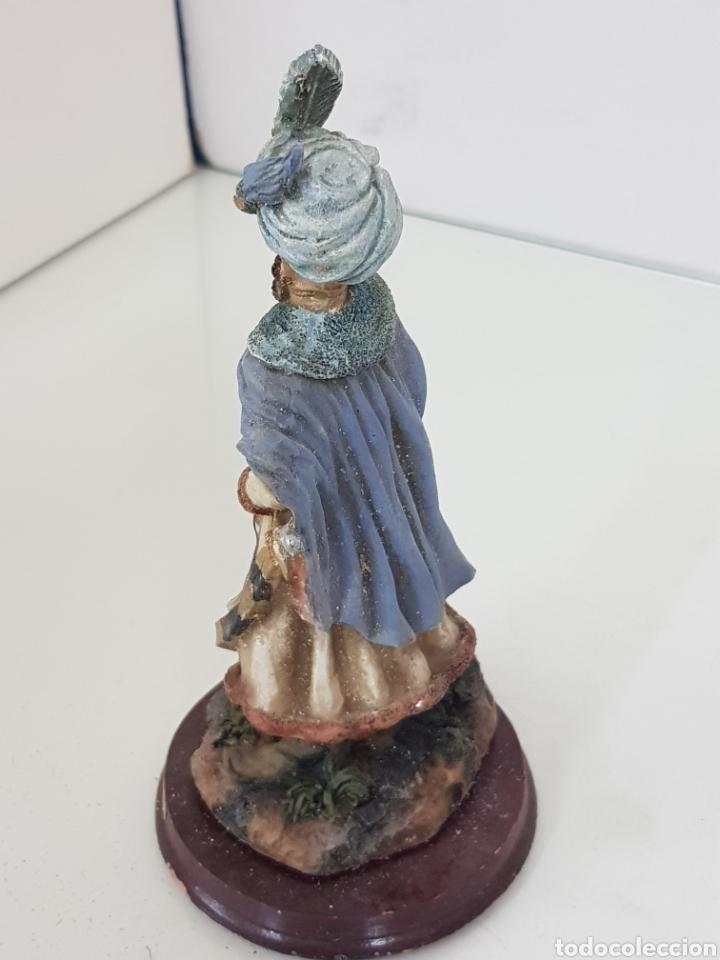 Juguetes Antiguos: Figura en resina hueca rey de Oriente de 16 cm con peana circular de madera - Foto 2 - 171687677