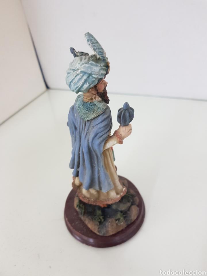 Juguetes Antiguos: Figura en resina hueca rey de Oriente de 16 cm con peana circular de madera - Foto 3 - 171687677