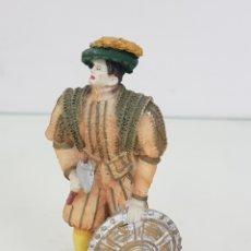 Juguetes Antiguos: PRÍNCIPE INGLÉS CON HACHA Y ESCUDO FABRICADO EN RESINA HUECA DE 12 CENTÍMETROS. Lote 171688189