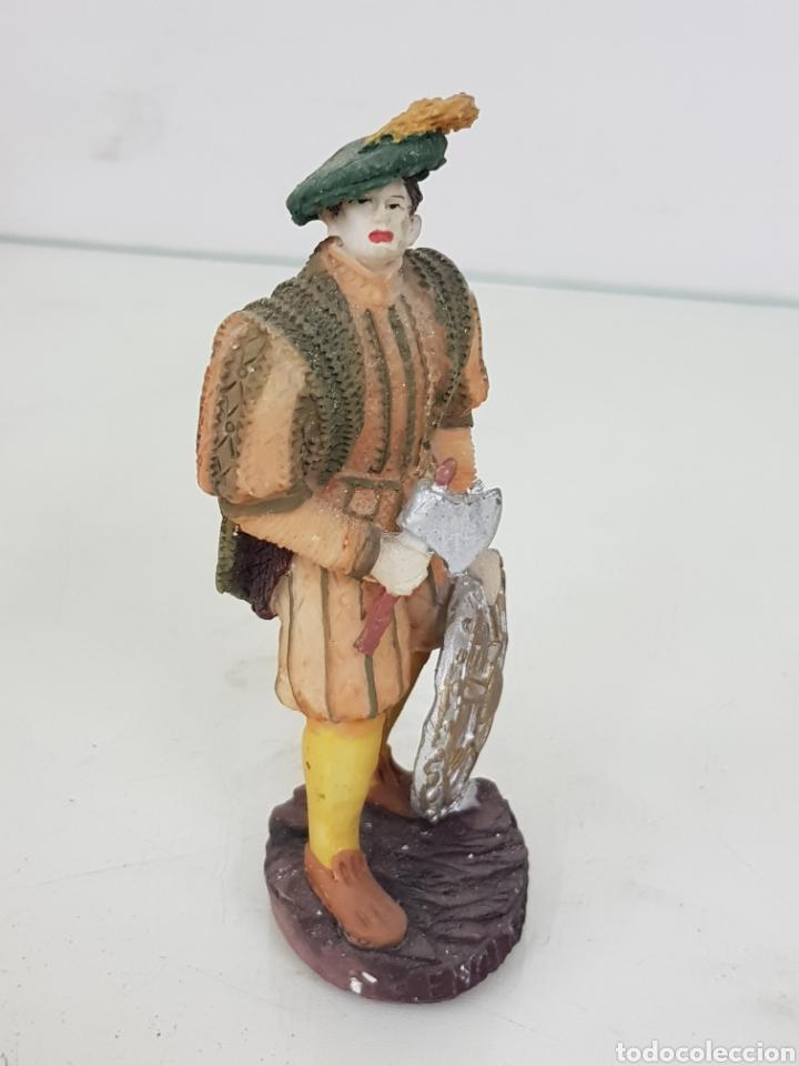 Juguetes Antiguos: Príncipe inglés con hacha y escudo fabricado en resina hueca de 12 centímetros - Foto 2 - 171688189