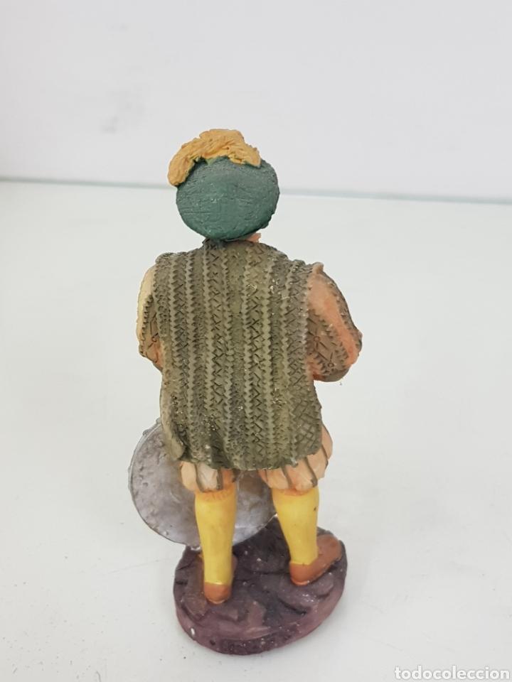 Juguetes Antiguos: Príncipe inglés con hacha y escudo fabricado en resina hueca de 12 centímetros - Foto 3 - 171688189