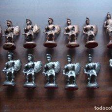 Juguetes Antiguos: DOS ESCUADRAS DE SOLDADOS ROMANOS CON OFICIALES METALICOS PLATEADOA Y COBRE. Lote 172055933