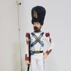 Juguetes Antiguos: SOLDADO DE GUARDIA CON ESCOPETA LARGA FABRICADO EN RESINA CON PEANA DE MADERA DE 24 CM DE ALTO. Lote 172088552