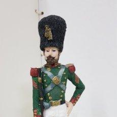 Juguetes Antiguos: SOLDADO FABRICADO EN RESINA DE GUARDIA CON ESCOPETA DE CAÑON LARGO DE 24 CM. Lote 172088788