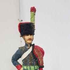 Juguetes Antiguos: SOLDADO DE RESINA DE GRAN TAMAÑO CON PEANA DE MADERA DE 28 CM. Lote 172089374
