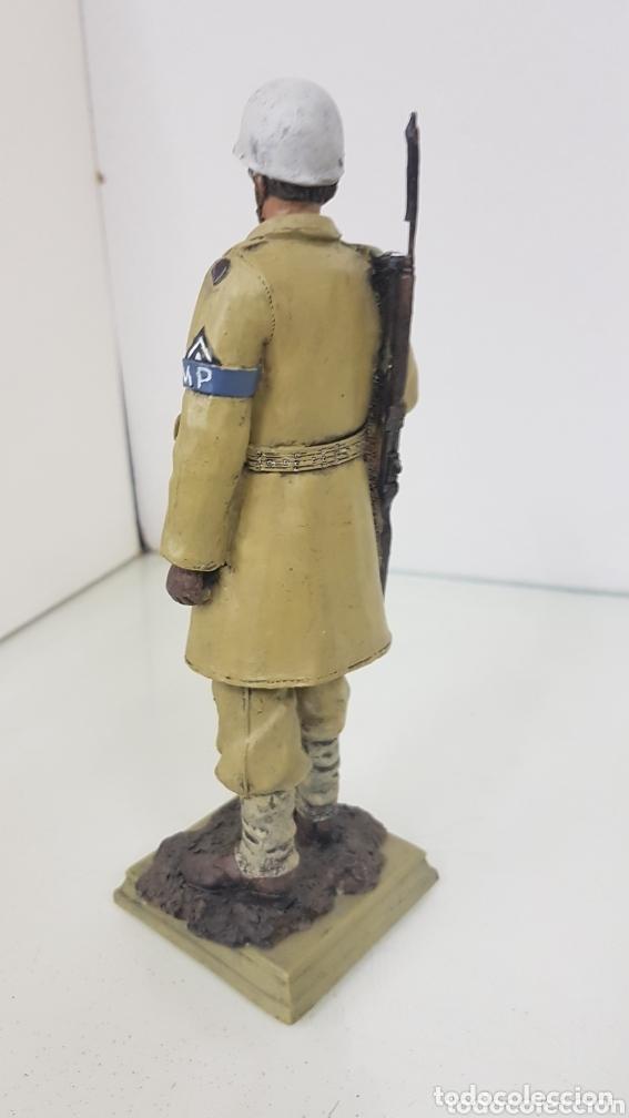 Juguetes Antiguos: Figura de soldado MP de 21 cm fabricado en resina hueca con peana - Foto 2 - 172157575