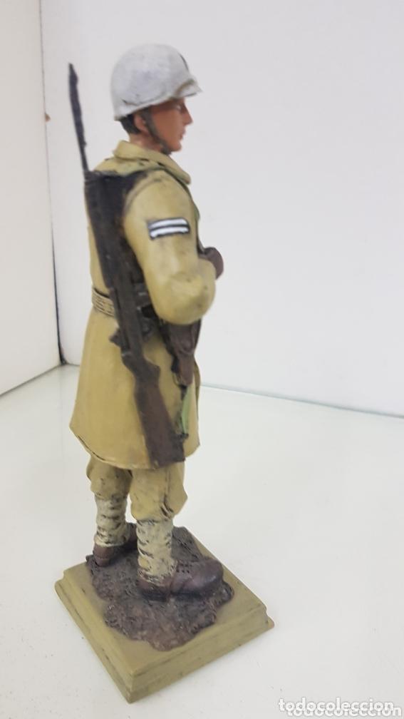 Juguetes Antiguos: Figura de soldado MP de 21 cm fabricado en resina hueca con peana - Foto 3 - 172157575