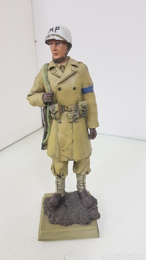 Juguetes Antiguos: Figura de soldado MP de 21 cm fabricado en resina hueca con peana - Foto 4 - 172157575