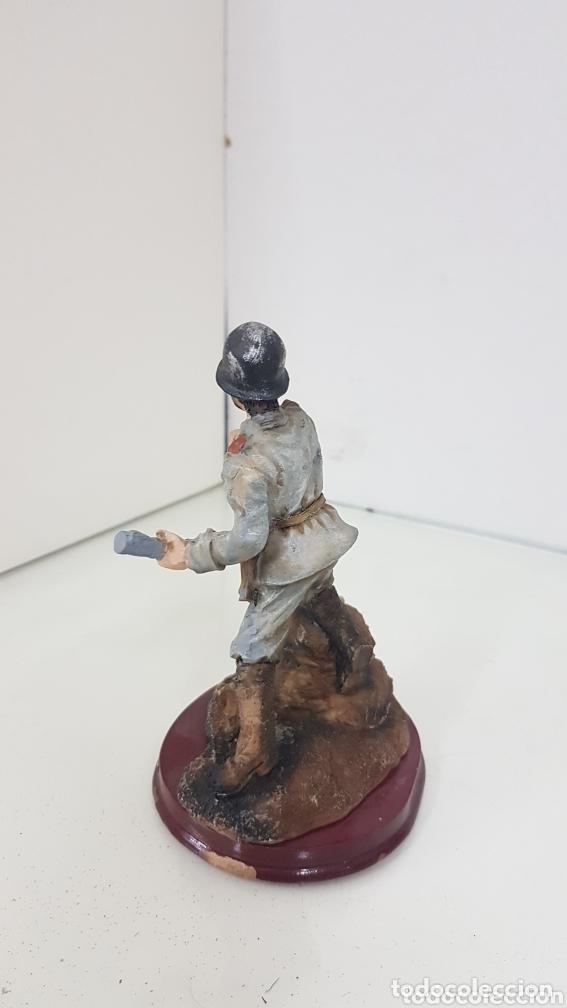 Juguetes Antiguos: Viñetas soldado apoyado en un saco con granada de mano Degas de 14,5 cm fabricado en resina - Foto 2 - 172158390