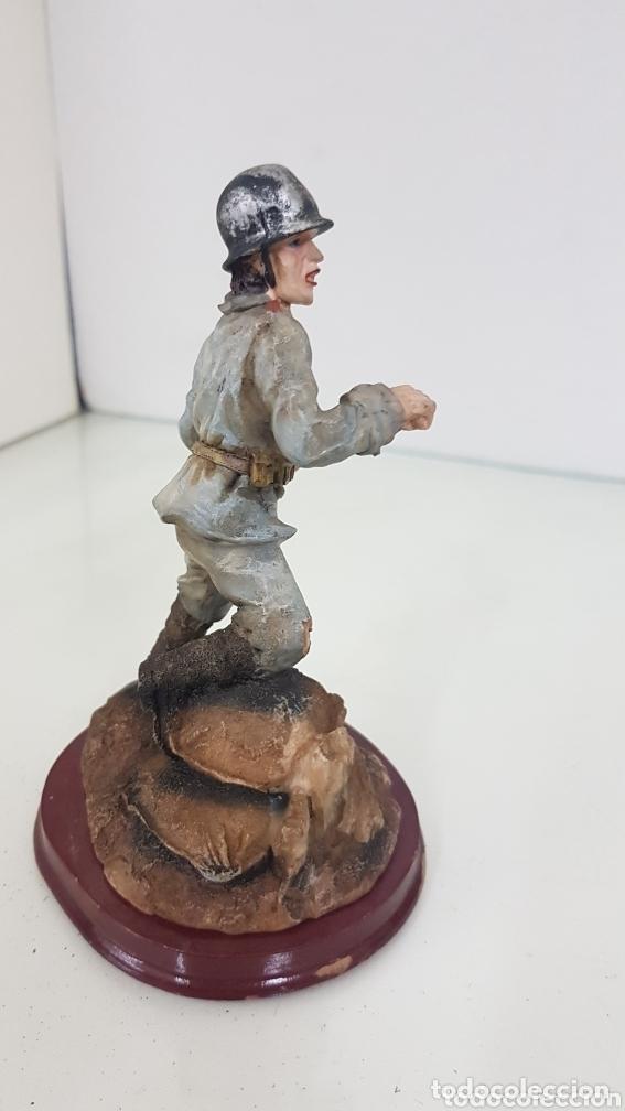 Juguetes Antiguos: Viñetas soldado apoyado en un saco con granada de mano Degas de 14,5 cm fabricado en resina - Foto 3 - 172158390
