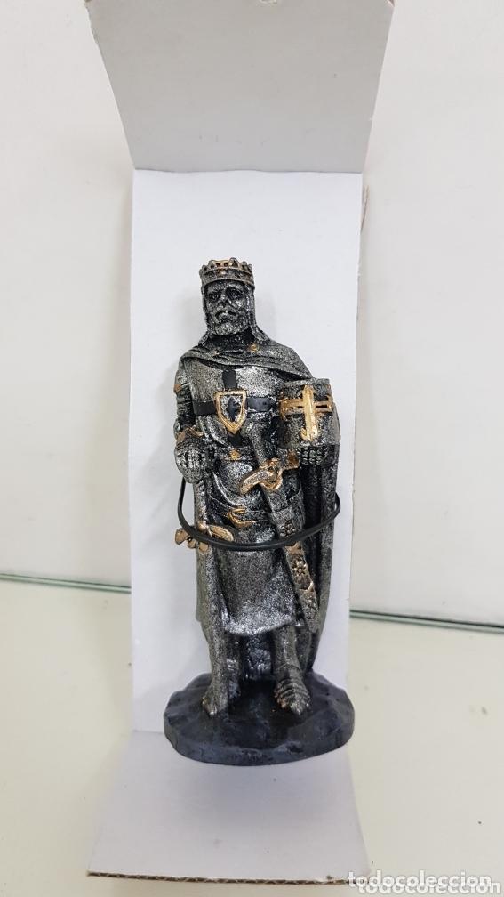 Juguetes Antiguos: Figura rey medieval con dos espadas y armadura completa fabricado en resina hueca de 11 cm - Foto 2 - 172765365