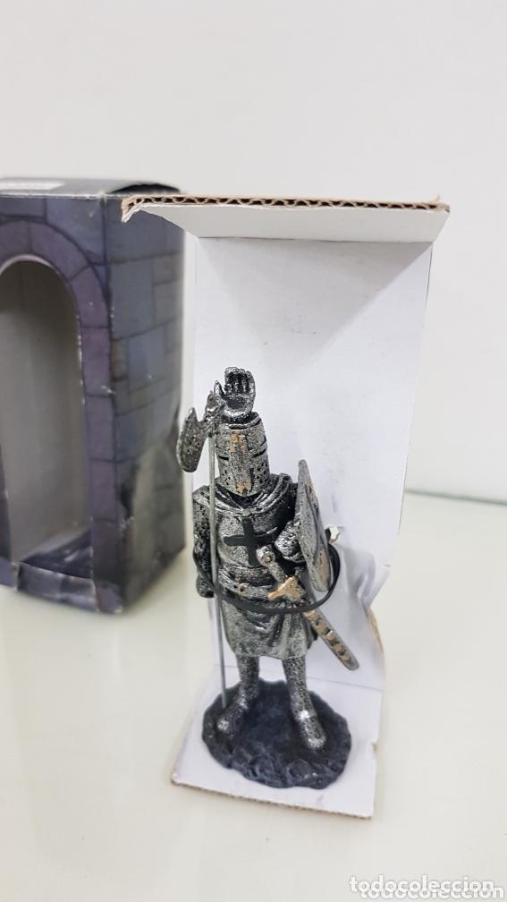 Juguetes Antiguos: Caballero medieval fabricado en resina con hacha y espada de 12 cm - Foto 2 - 172765744