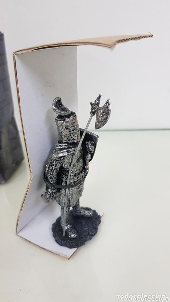 Juguetes Antiguos: Caballero medieval fabricado en resina con hacha y espada de 12 cm - Foto 4 - 172765744