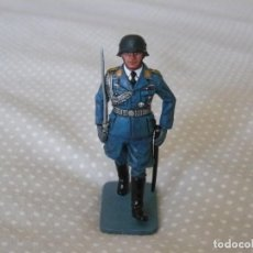 Juguetes Antiguos: 1/30 KING & COUNTRY LUFTWAFFE LW008 MARCHING OFFICER WITH SWORD. Lote 187147815