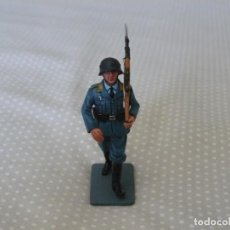 Juguetes Antiguos: 1/30 KING & COUNTRY LUFTWAFFE LW010 MARCHING AIRMAN WITH RIFLE. Lote 187148226