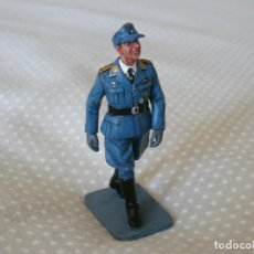 Juguetes Antiguos: 1/30 KING & COUNTRY LUFTWAFFE LW014 WALKING OFFICER. Lote 187148311