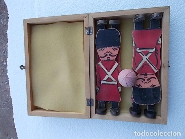 Juguetes Antiguos: Juguete en caja de labores, (sorpresa) con 4 soldaditos muy antiguos de madera y pelotita de caucho. - Foto 3 - 210265997