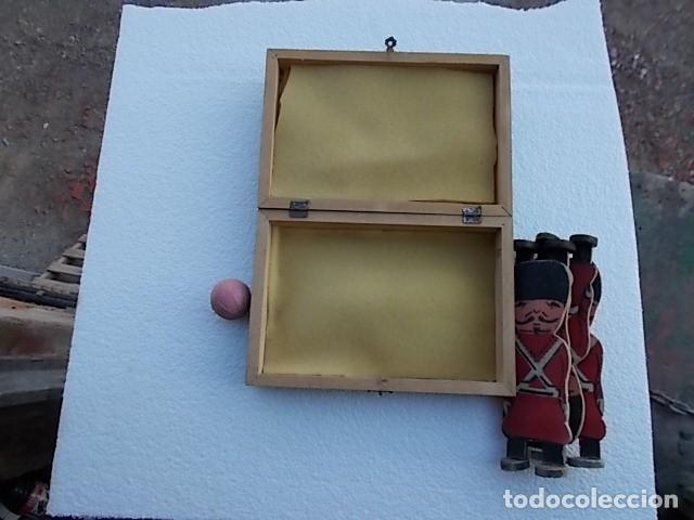 Juguetes Antiguos: Juguete en caja de labores, (sorpresa) con 4 soldaditos muy antiguos de madera y pelotita de caucho. - Foto 4 - 210265997