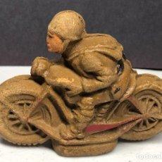 Juguetes Antiguos: SOLADO SEGUNDA GUERRA MUNDIAL EN MOTOCICLETA. MADERA PRENSADA. Lote 229909945