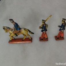 Juguetes Antiguos: LOTE 3 PIEZAS (2 SOLDADOS PIE + 1 SOLDADO CABALLO) - SOLDADITOS HOJALATA - PAYA - 1950 - ESPAÑA. Lote 269943993