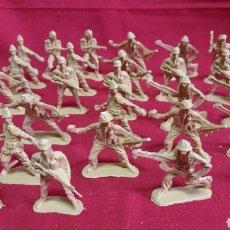Juguetes Antiguos: LOTE DE 28 SOLDADOS / EN PVC / MIDEN 5 CM DE ALTO. Lote 287439143
