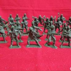 Juguetes Antiguos: LOTE DE 30 SOLDADOS / EN PVC / MIDEN 5 CMS DE ALTO. Lote 287439758