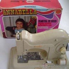 Juguetes antiguos: MAQUINA DE COSER INFANTIL ELECTRICA ANABELLA CON SU CAJA (EUREKA). Lote 23483520