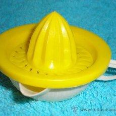 Brinquedos antigos: JUGUETE EXPRIMIDOR DE PLASTICO. AÑOS 60. Lote 27411592