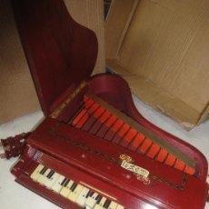 Juguetes antiguos: PIANO DE COLA DE MADERA DE REIG. Lote 27296499