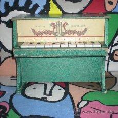 Juguetes antiguos: ANTIGUO PIANITO DE CARTON PRENSADO MEDITERRANEO AÑOS 60 FUNCIONANDO MIDE 23ALT X 28LARG X 16FONDO. Lote 31214101