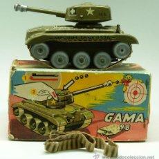 Juguetes antiguos: TANQUE GAMA 98 A CUERDA LANZA PROYECTILES EN CAJA AÑOS 50 NO FUNCIONA. Lote 35127949