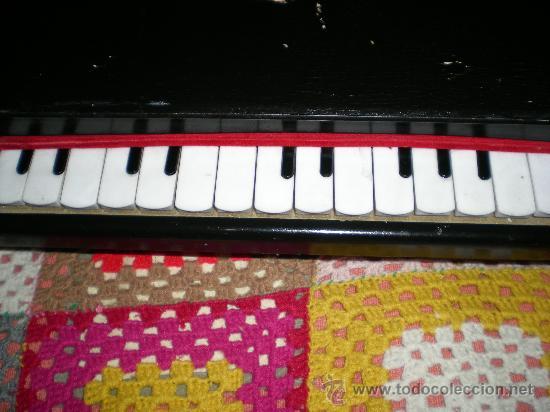 Juguetes antiguos: antiguo pianito de madera y baquelita de juquete años 40/50 sellado foreion grande - Foto 2 - 35995366