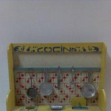 Juguetes antiguos: ANTIGUA COCINA DE MADERA. DENIA . CON ACCESORIOS EN HOJALATA . AÑOS 40 / 50. Lote 45819922