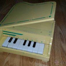 Juguetes antiguos: PIANO DE COLA DE MADERA DE LOS AÑOS 60 TAMAÑO 30X25 CM . Lote 46982203