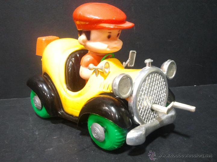 Juguetes antiguos: Antiguo coche de plástico con niño conduciendo. A manivela, anda y mueve la cabeza. - Foto 2 - 47072891