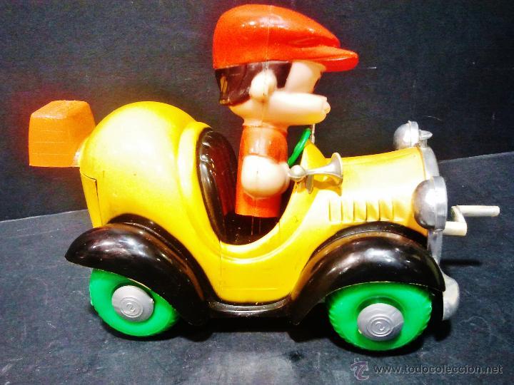 Juguetes antiguos: Antiguo coche de plástico con niño conduciendo. A manivela, anda y mueve la cabeza. - Foto 3 - 47072891