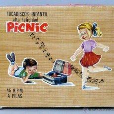Brinquedos antigos: TOCADISCOS INFANTIL PICNIC DE VICMA 45 RPM A PILAS AÑOS 60 CON 2 SINGLES LUIS AGUILÉ MIKE OLDFIELD. Lote 48976545