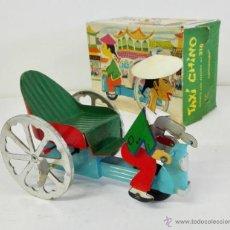 Juguetes antiguos: TAXI CHINO DE COMANDO AÑOS 60. FUNCIONANDO Y CON CAJA. Lote 49559948