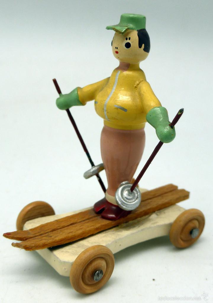 Juguetes antiguos: Esquiador sobre carrito ruedas Goula ó parecido madera pintada años 50 - 60 - Foto 2 - 57064791