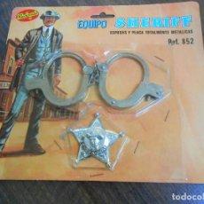 Juguetes antiguos: REDONDO EQUIPO SHERIFF REFERNCIA 852 ESPOSAS METALICAS Y PLACA OESTE AMERICANO JUGUETE 70´S. Lote 195448691