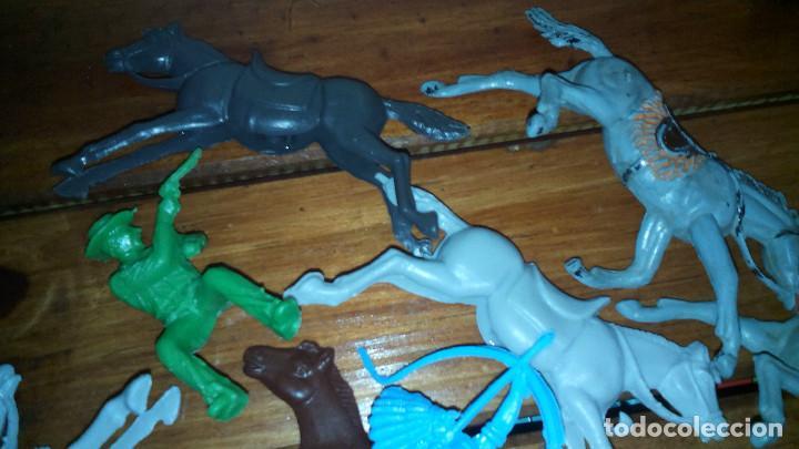 Juguetes antiguos: LOTE INDIOS Y VAQUEROS muñecos de plastico - Foto 2 - 77914305