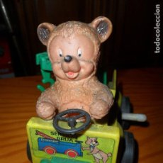 Brinquedos antigos: OSO EN COCHE HOJALATA A CUERDA - NO FUNCIONA BIEN -. Lote 95896603