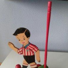 Juguetes antiguos: DENIA SAPENA CORREPASILLOS FUTBOLISTA ATH BILBAO DE ARRASTRE. TOTALMENTE NUEVO. AÑOS 40. Lote 101153763