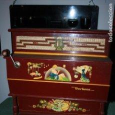 Juguetes antiguos: PIANOLA VERBENA CASA REIG AÑOS 40. FUNCIONA.38 X 20,5 X 39- FALTA MANIVELA .MUY BIEN CONSERVADA.. Lote 106029275