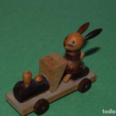 Juguetes antiguos: TREN DE MADERA - CONEJO MAQUINISTA - GOULA. Lote 108311271