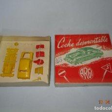 Juguetes antiguos: ANTIGUA CAJA CON COCHE DESMONTABLE DE LA CASA ESPAÑOLA ARGI ESCALA 1/43 APROX. - AÑO 1950S.. Lote 117987703